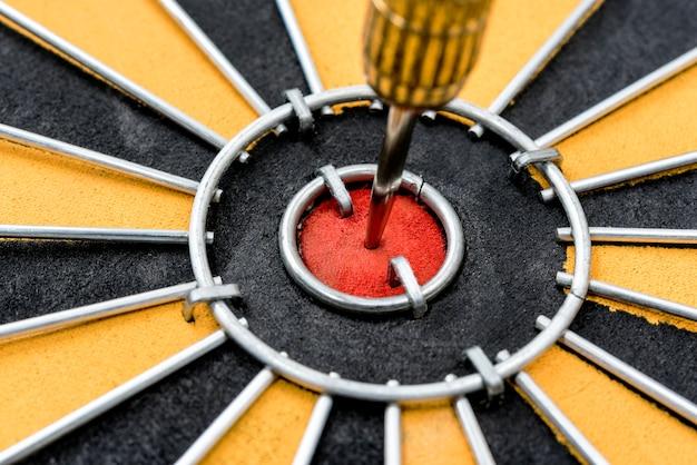 Closeup alvo de dardo com seta no bullseye