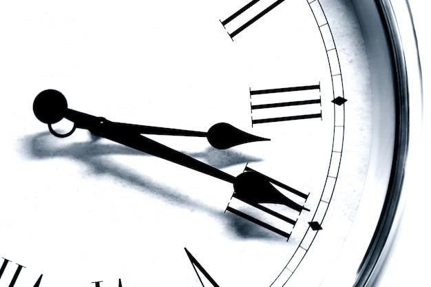 Closeup antigo estilo antigo relógio hora romana número preto e branco