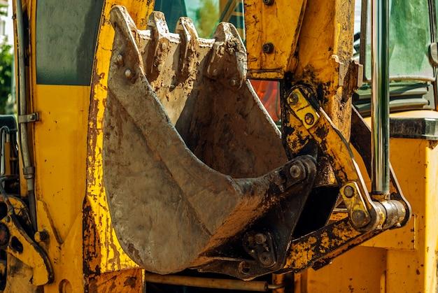 Closeup balde e manipulador de escavadeira retroescavadeira