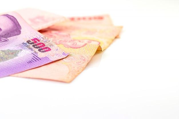 Closeup banco 500 e 100 banho tailandês com espaço da cópia, 500 e 100 banho tailandês e branco