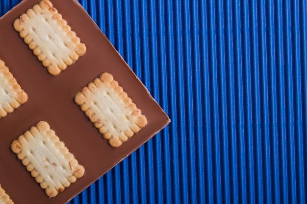 Closeup barra de chocolate misturada com biscoito e copie espaço
