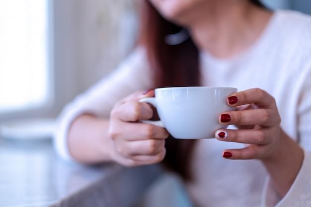 Closeup, beleza, retrato, modelo, mãos, com, vermelho, moda, pregos, quadro, em, camisola morna, segurando, um, branca, xícara café