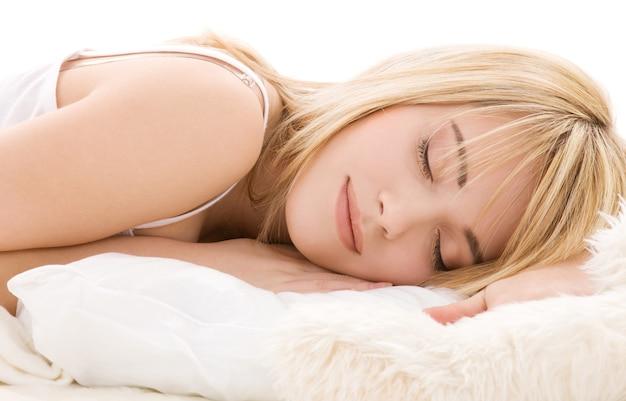 Closeup brilhante dormindo mulher adolescente