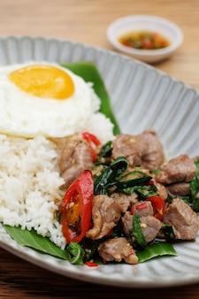 Closeup carne kaprow arroz com ovo frito