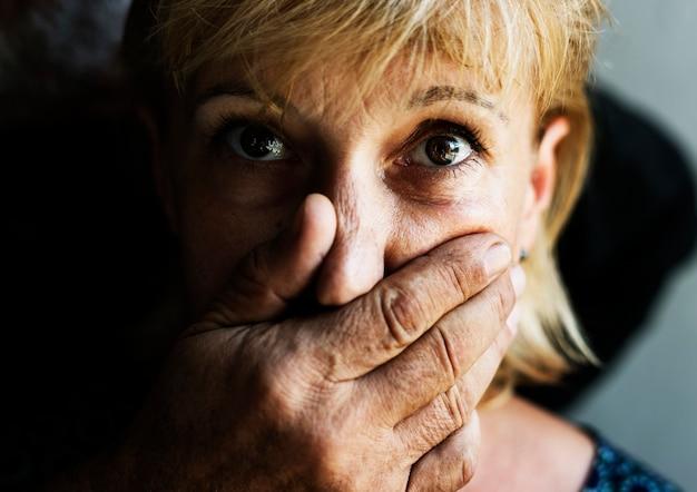 Closeup, caucasiano, mulher, mão, cobertura, boca
