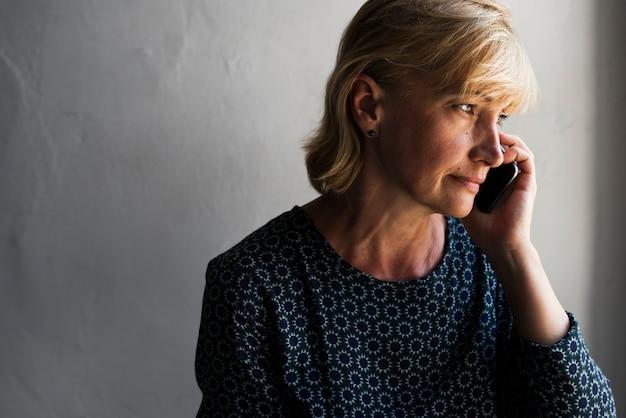 Closeup, caucasiano, mulher, usando, móvel, telefone