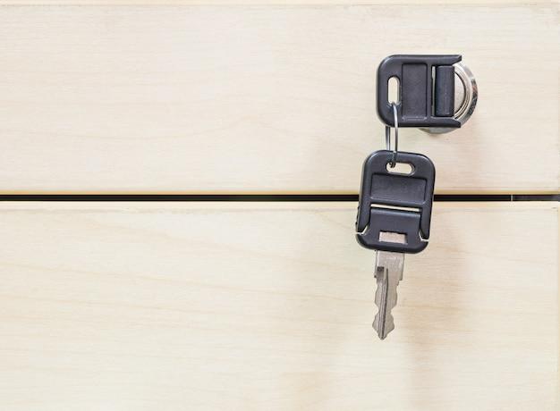 Closeup chaves no fundo de textura de gaveta de madeira