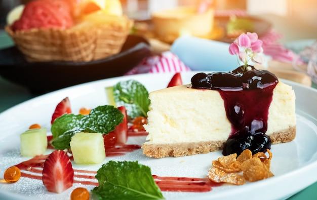Closeup cheesecake com cobertura de framboesa no prato branco