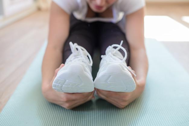 Closeup com as mãos ao redor dos pés enquanto pratica esportes