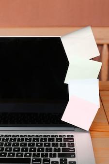 Closeup, com, laptop, e, notas pegajosas