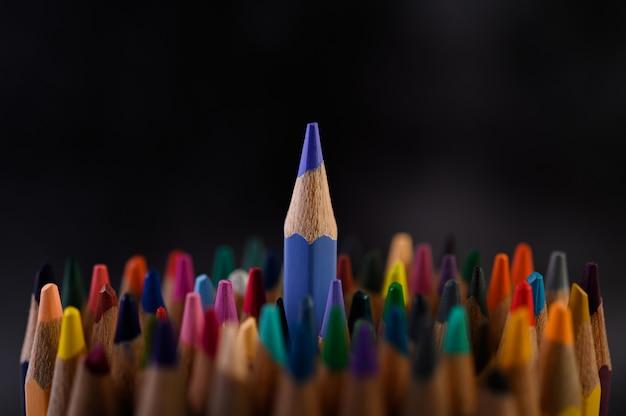 Closeup com um grupo de lápis de cor, foco selecionado, azul