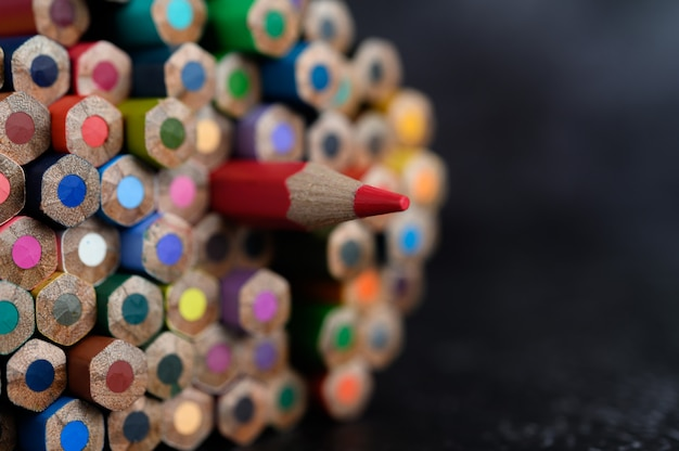 Closeup com um grupo de lápis de cor, foco selecionado, vermelho