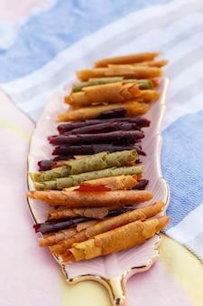 Closeup conjunto de pastéis coloridos rola na bandeja