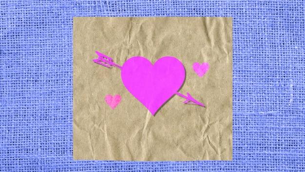 Closeup coração vermelho com seta em papel e tecido azul, plano de fundo do casamento