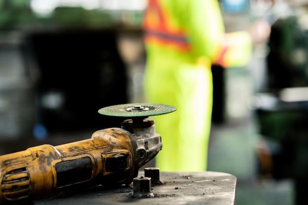 Closeup corte elétrico de aço em estrutura de aço em equipamento de ferramenta de trabalhador de fábrica.