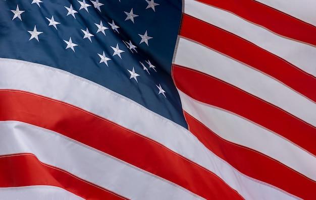 Closeup da bandeira americana balançando ao vento