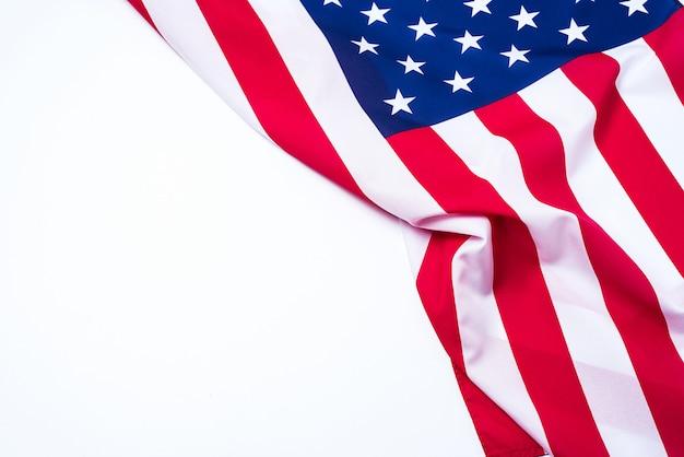 Closeup da bandeira americana em fundo branco.
