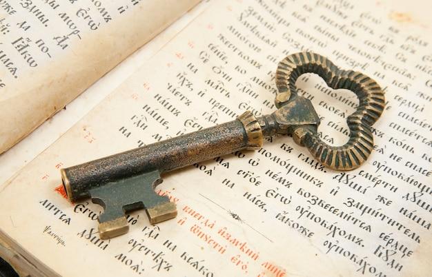 Closeup da chave colocada na bíblia vintage