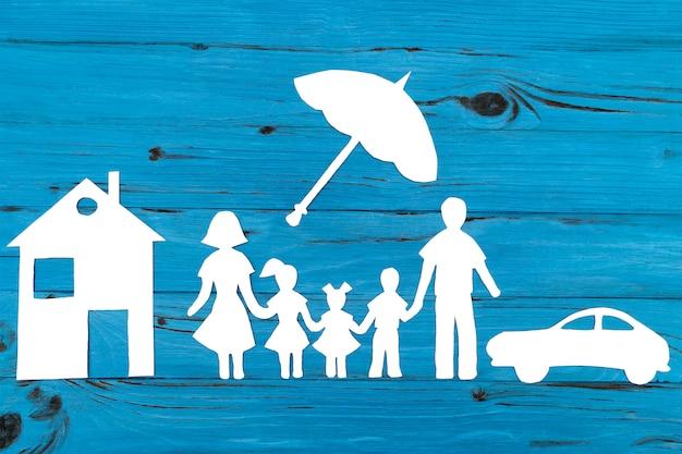 Closeup da família feliz papel na superfície azul