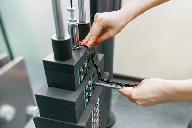 Closeup da mão da mulher na máquina de ginástica