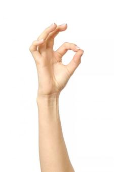 Closeup da mão de uma mulher mostrando sinal ok