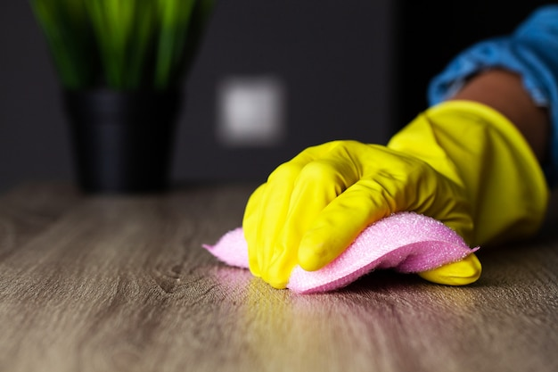 Closeup da mão do trabalhador, limpando a poeira no escritório
