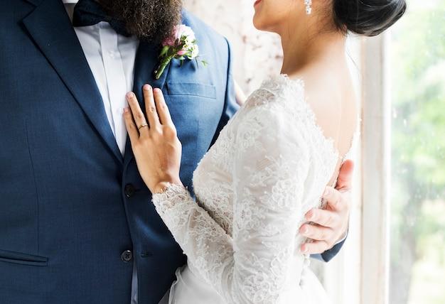 Closeup da noiva e do noivo em pé junto amor