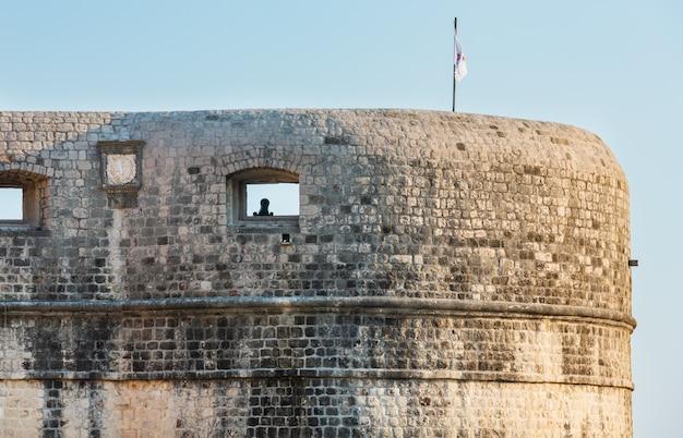 Closeup da torre lovrijenac com arma e bandeira, dubrovnik, croácia