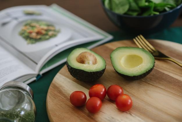 Closeup de abacate e salada