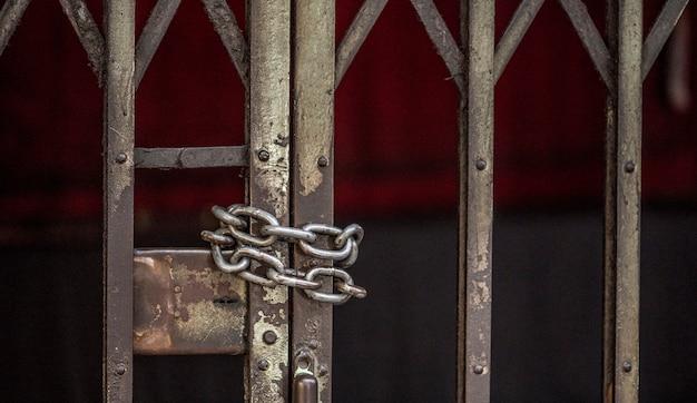 Closeup, de, acorrentado, grade deslizante, porta