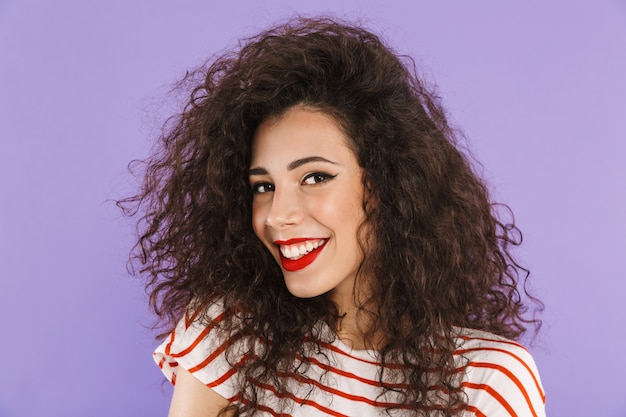 Closeup de adorável mulher na moda com cabelos cacheados no verão vestir sorrindo para você