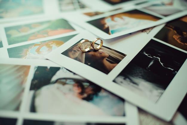 Closeup de alianças de casamento nas fotos