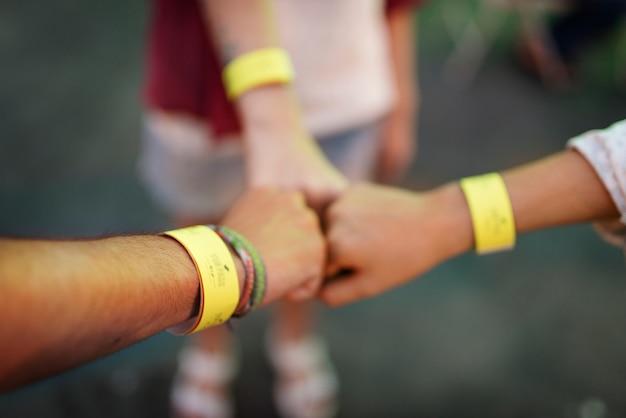 Closeup de amigos colocar se encaixa unidade juntos