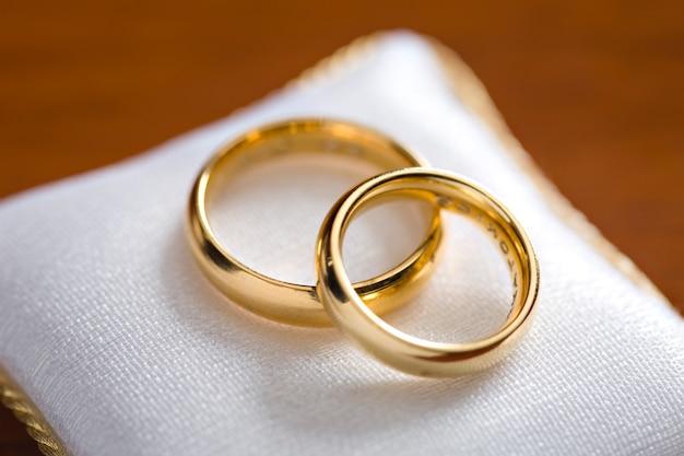 Closeup de anéis de noivado