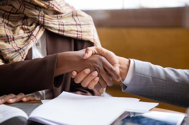 Closeup de aperto de mão de empresários