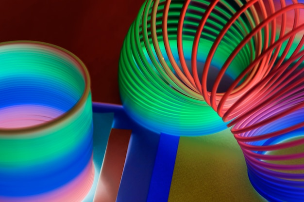 Closeup de arco-íris fundo de brinquedo de primavera em um efeito negativo