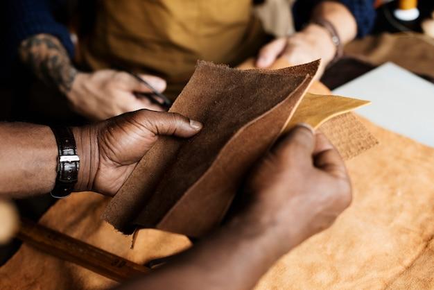 Closeup, de, artesão, segurando, couro, artesanato