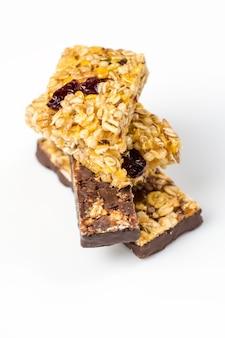 Closeup de barras de granola de chocolate, frutas e bagas