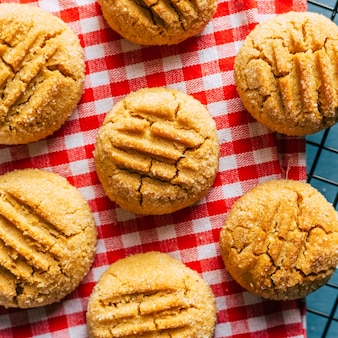 Closeup de biscoitos de amendoim em guardanapo xadrez vermelho
