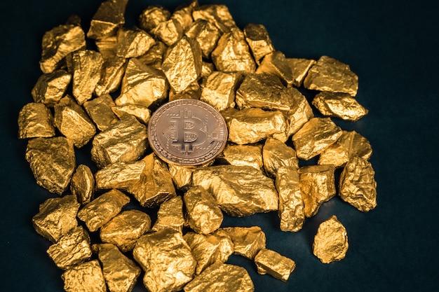 Closeup de bitcoin moeda digital e pepita de ouro ou minério de ouro