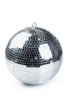 Closeup de bola de discoteca isolado no branco