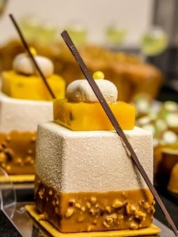 Closeup de bolo com manga, maracujá e nozes.