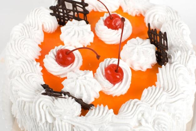 Closeup de bolo de creme com cereja em cinza