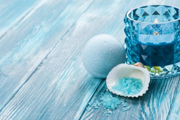 Closeup de bombas de banho com vela acesa azul