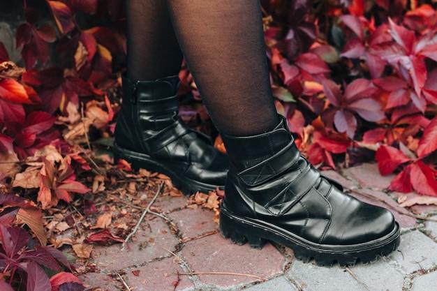 Closeup de botas de couro preto elegante
