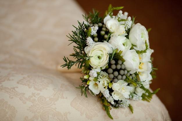 Closeup, de, branca, buquê casamento, mentindo, ligado, cobertor