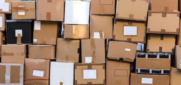 Closeup de caixas de lixo de papelão, cidade europeia