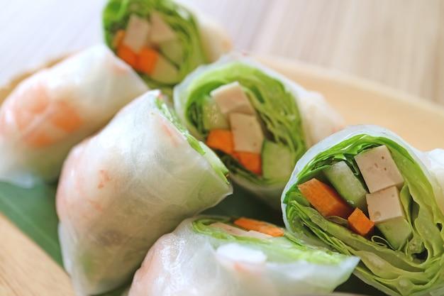 Closeup de camarão vietnamita e vegetais frescos rolinhos primavera
