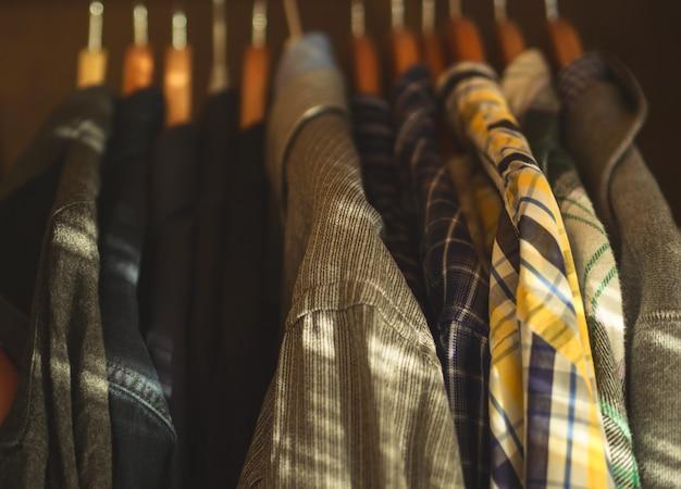 Closeup de camisas de cabides de armário do homem