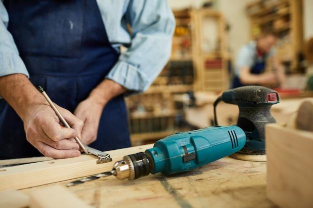 Closeup de carpinteiro sênior